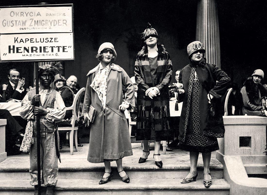 Aktorki - Kazimiera Skalska, Janina Macherska, Zula Pogorzelska podczas pokazu mody, 1923