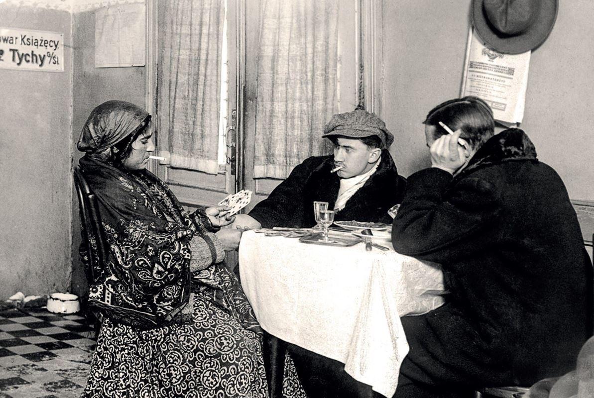 Cyganka wróży klientom w podrzędnej restauracji przy Belwederskiej, 1927