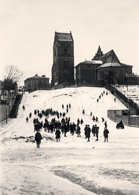 Górka saneczkarska na skarpie przy kościele Nawiedzenia NMP na Nowym Mieście, 1927