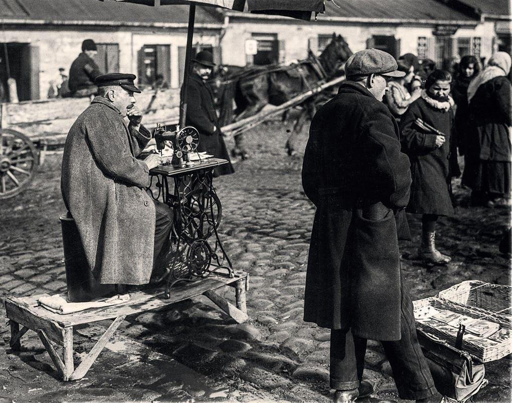 Handel na Placu Kercelego, populrnym Kercelaku. Krawiec z maszyną do szycia, 1927