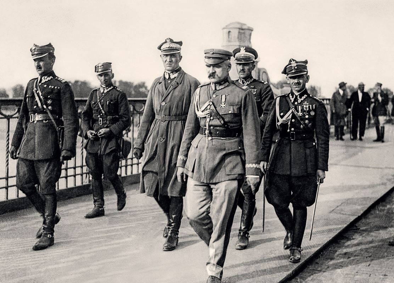 Józef Piłsudski w otoczeniu oficerów udaje się na spotkanie z prezydentem Wojciechowskim, 13.05.1926