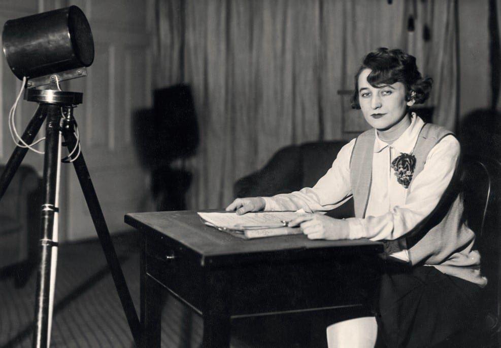 W Polskim Radiu. Halina Sztompkówna - I spikerka Polskiego Radia w studiu przy ul. Kredytowej, 1926-27