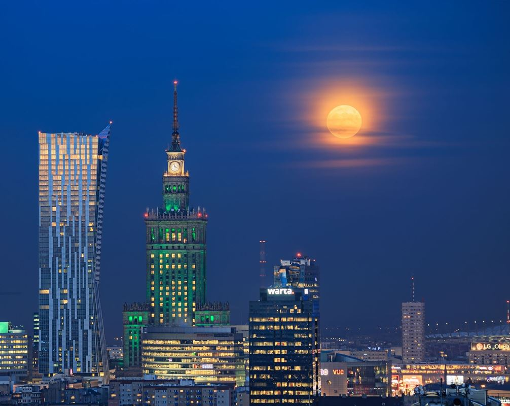 Księżycowa Bombka nad Warszawą