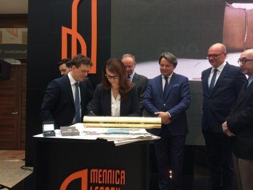 Wieżowiec Warszawa podpisanie dokumentów podczas ceremonii wkopywania kamienia węgielnego pod Mennica Legacy Tower