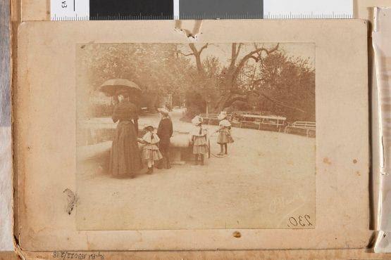 Spacer w Ogrodzie Saskim, ok. 1888; fot. z albumu rodzinnego St. Witkiewicza; Fot. Konrad Brandel / Muzeum Narodowe w Warszawie