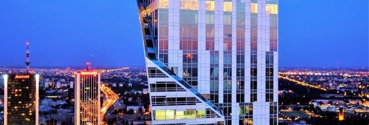 Latem rozpoczęło się przekazywanie kluczy mieszkańcom Złotej 44. Nocami widać było pierwsze światła w wieży.