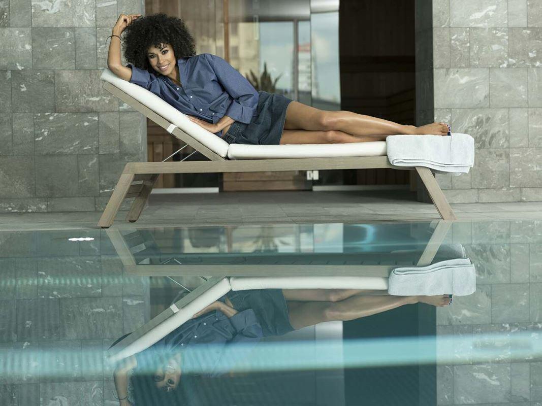 Złota 44 wspiera akcję charytatywną. Na zdjęciu jej organizatorka - Omenaa Mensah - na basenie Złotej 44.