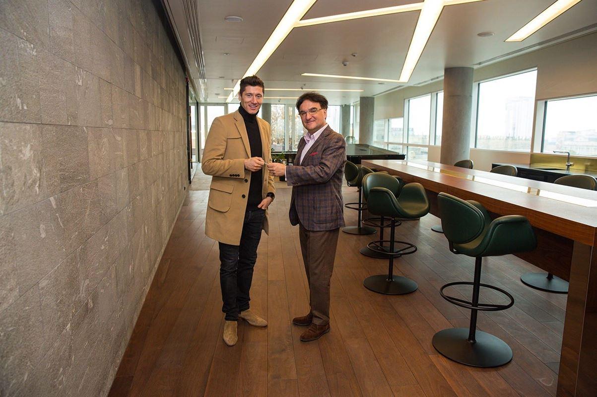 Robert Lewandowski odbiera klucze do apartamentu w Złotej 44 od Rafała Szczepańskiego, wiceprezesa BBI Development.