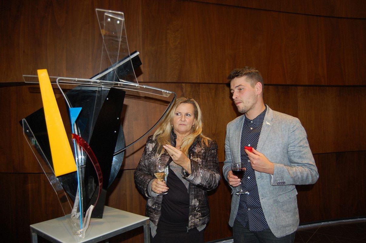 """Złota 44 wspiera młodych artystów. W lobby odbyła się wystawa """"Przenikanie""""."""