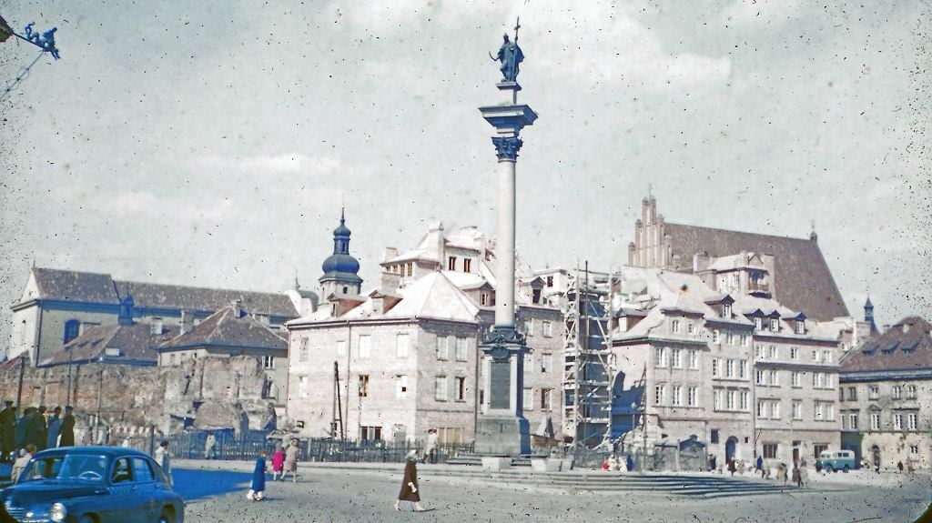 Plac Zamkowy. Widoczna Kolumna Zygmunta, trwa odbudowa kamienic, ale nie ma Zamku Królewskiego, który na odbudowę czekał aż do lat 80.