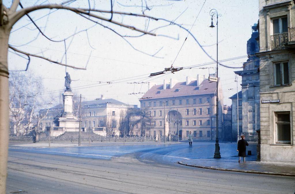 Krakowskie Przedmieście, Pomnik Adama Mickiewicza, Dziekanka - bursa dla studentów