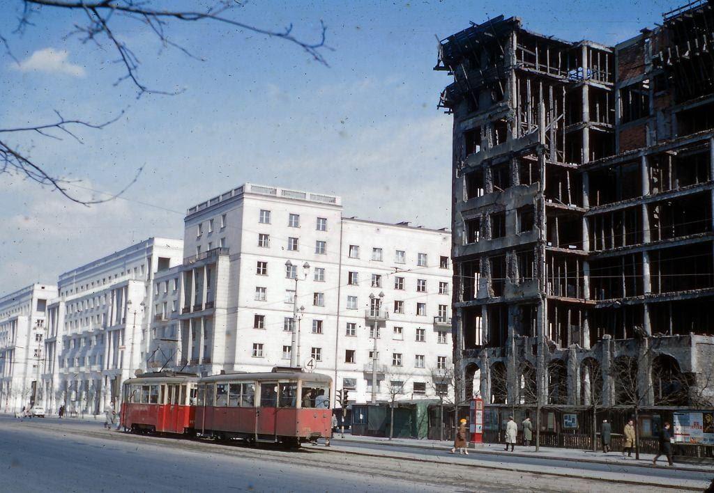 Ruiny budynku banku PKO, dziś powstaje w tym miejscu Centrum Marszałkowska.
