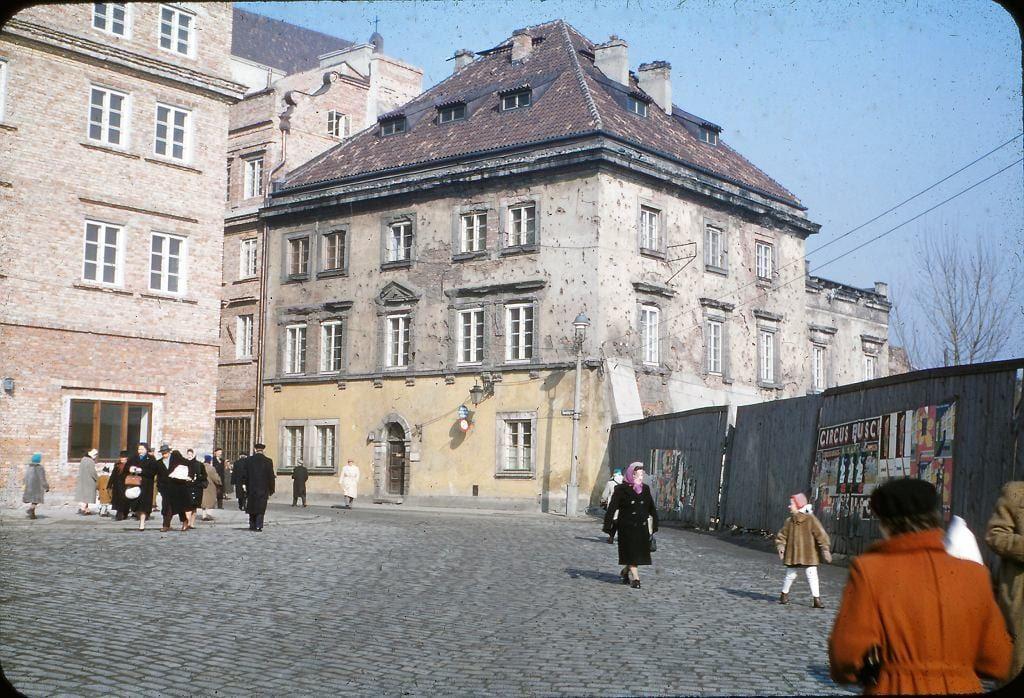 Plac Zamkowy, róg ulicy Świętojańskiej.