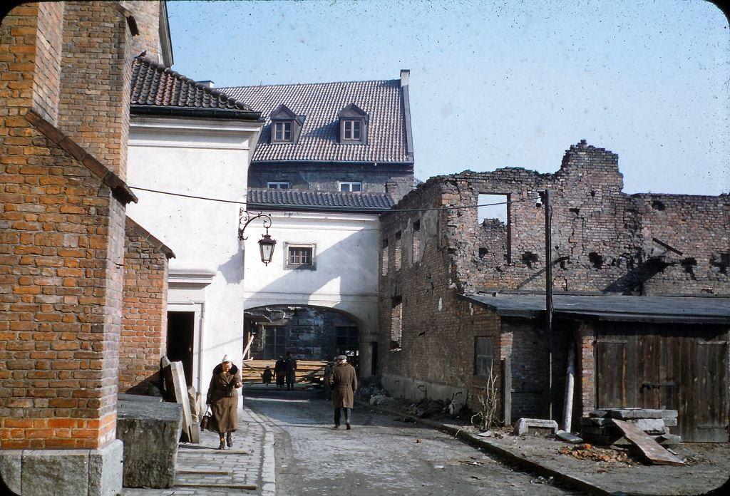 Zniszczone budowle przy ul. Dziekaniej