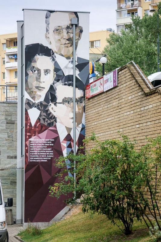 marian-rejewski-jerzy-rozycki-i-henryk-zygalski-mural-na-stacji-stoklosy