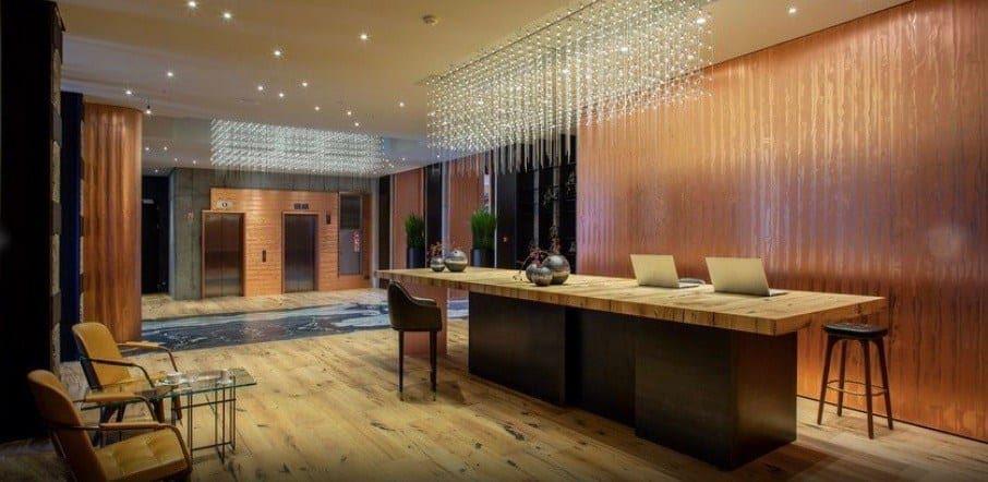 Lobby hotelu Warszawa zaprojektował Leszek Likus oraz architekci firmy Holding Likus.