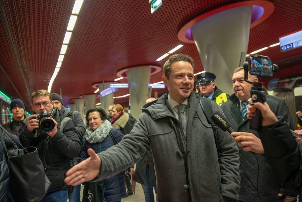 rafal-trzaskowski-prezydent-m-st-warszawy-byl-jednym-z-pierwszych-pasazerow-swiatecznego-pociagu-metra