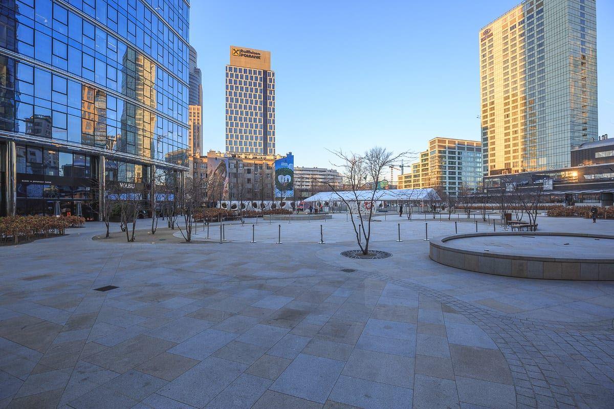 Pierwszy w mieście plac zbudowany przez prywatnego inwestora. Plac Europejski miał być nowym sercem Woli.