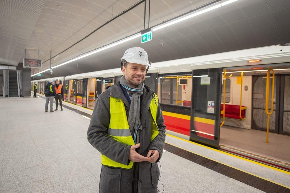 rafal-trzaskowski-prezydent-stolicy-na-tle-specjalnego-pociagu-testowego-na-stacji-targowek-mieszkaniowy