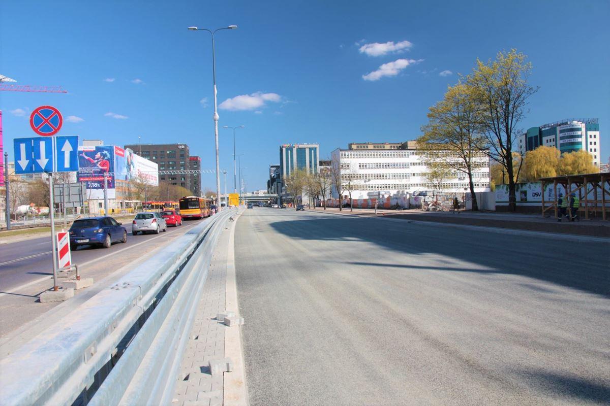 kierowcy-pojada-poszerzona-ulica-marynarska-w-czwartek-18-kwietnia-wieczorem-fot-zmid