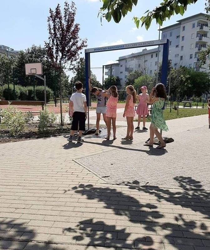dzieci-pod-bramka-wodna-fot-mpwik