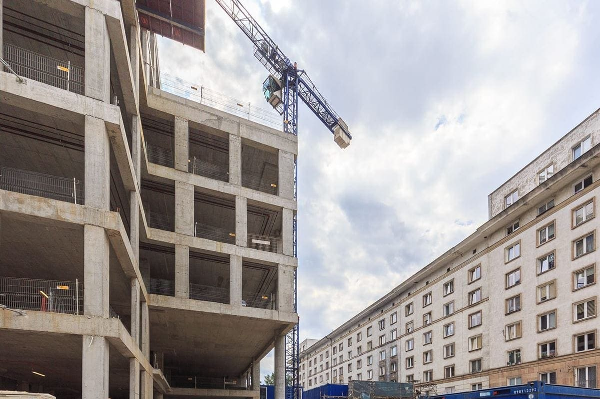 Podium Varso 1i Varso 2 wysokością i materiałami wykończeniowymi nawiązuje do okolicznej zabudowy.