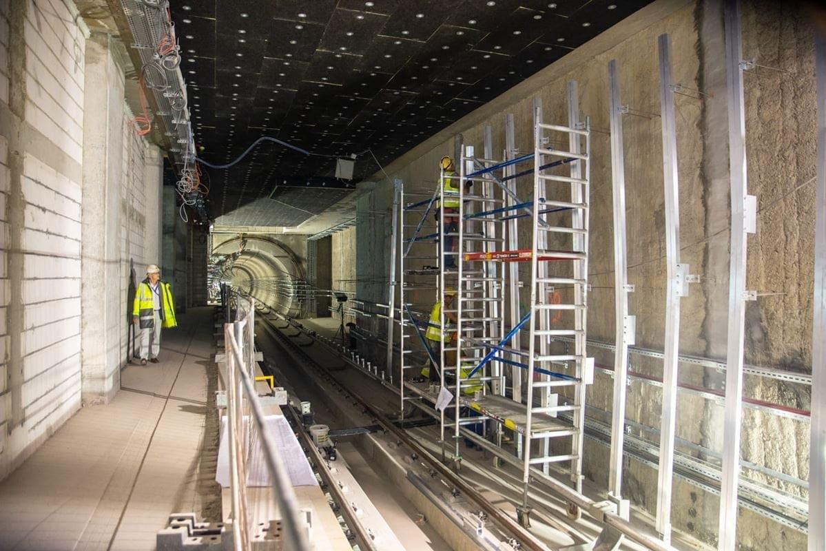 na-stacjach-prowadzone-sa-prace-zwiazane-z-montazem-paneli-scian-zatorowych