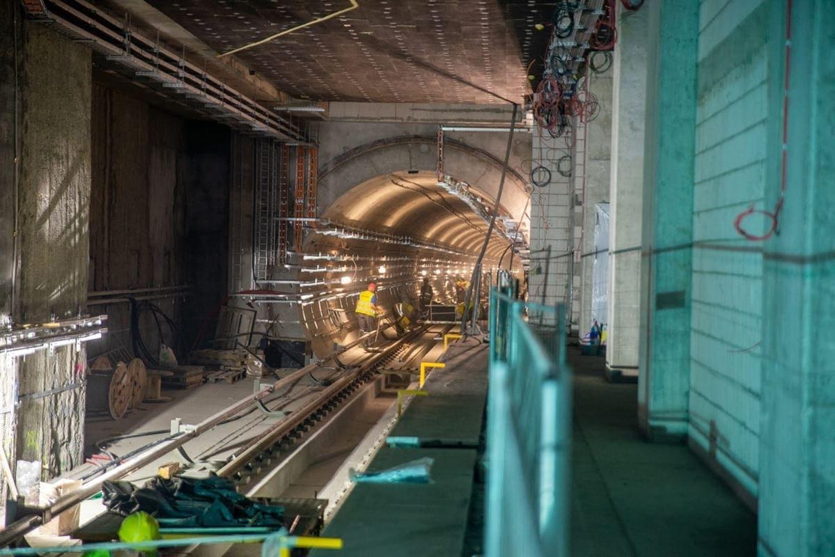 w-tunelach-montowane-sa-instalacje-i-urzadzenia-odpowiedzialne-za-prowadzenie-ruchu-pociagow