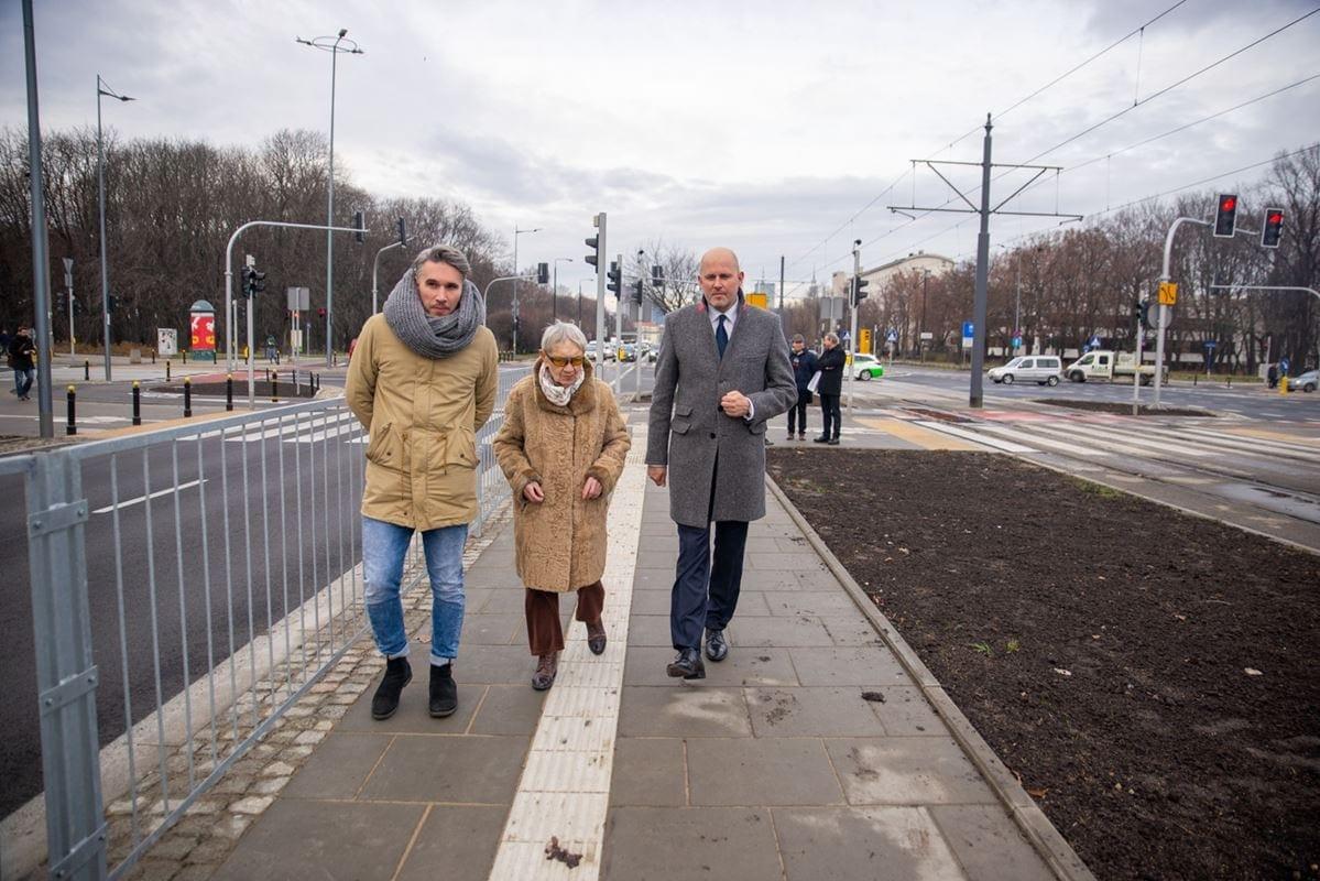 w-ramach-przebudowy-skrzyzowania-wykonano-m-in-nowe-dojscie-do-przystankow-tramwajowych