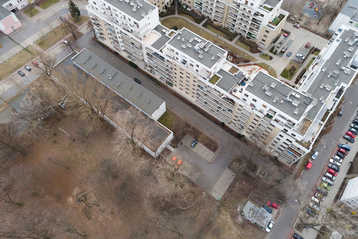 Widok na działkę w miejscu niskiego pawilonu mogą powstać kameralne budynki.